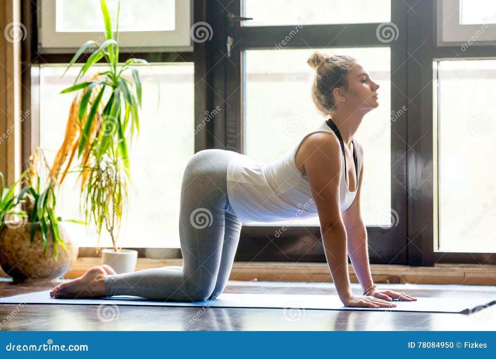 yoga zu hause kuh haltung stockfoto bild von kategorie 78084950. Black Bedroom Furniture Sets. Home Design Ideas
