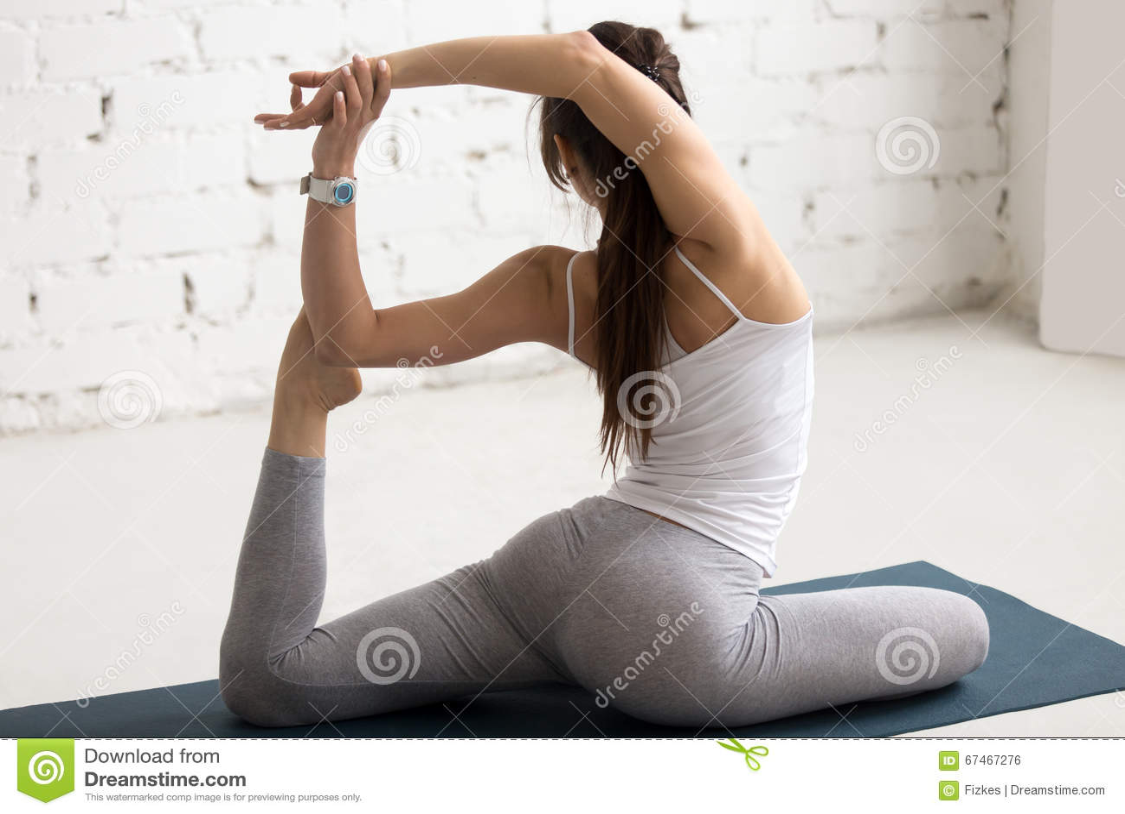 Yoga Zuhause: Meerjungfrau-Yoga-Haltung Stockfoto - Bild von ...