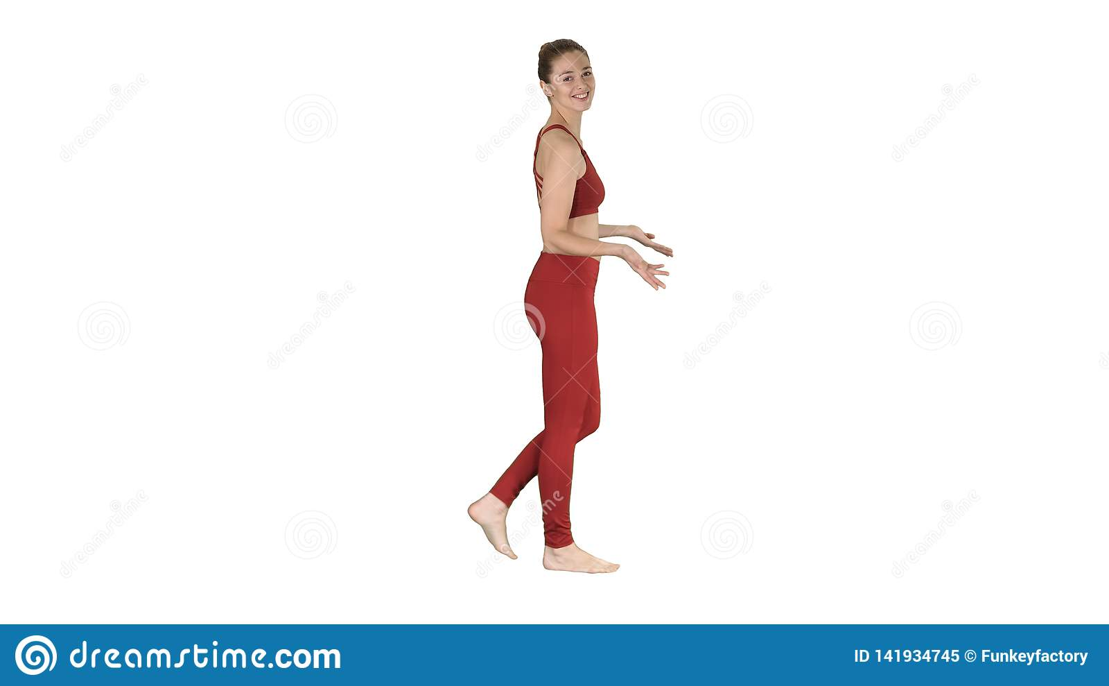 Yogainstruktör som talar till kameran på vit bakgrund