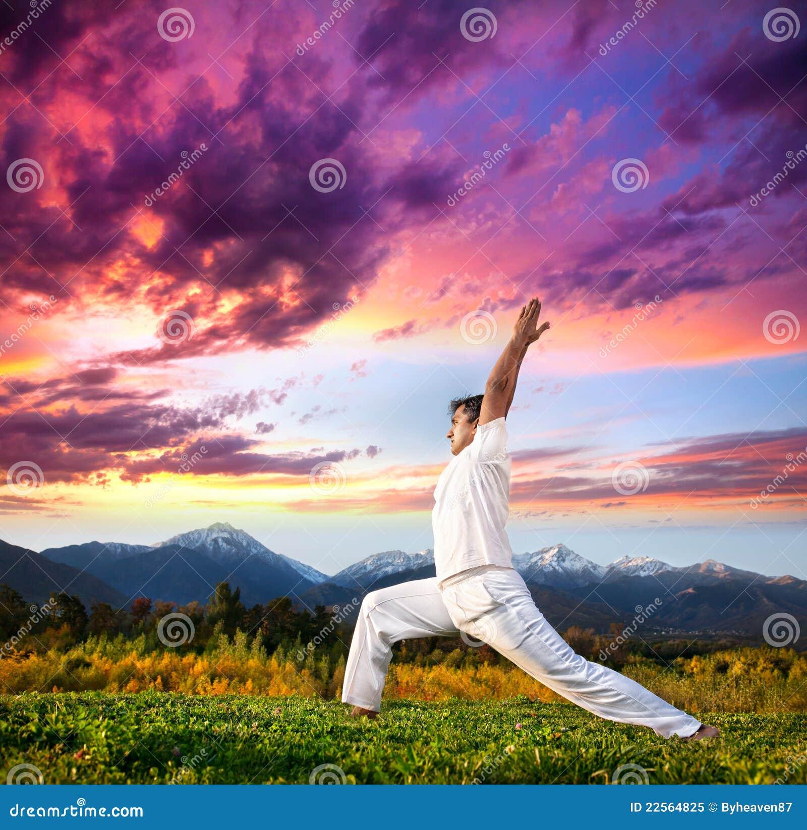 Yogakriegerhaltung in den Bergen