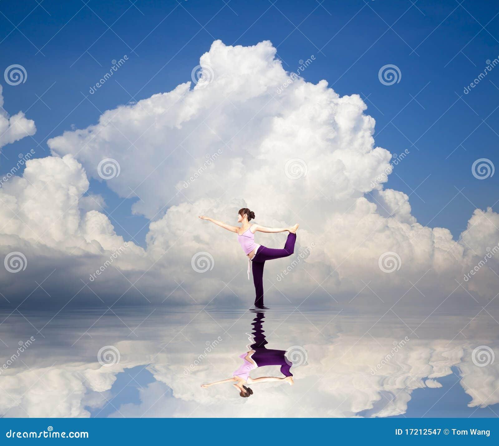 Yogamädchen auf dem Wasser