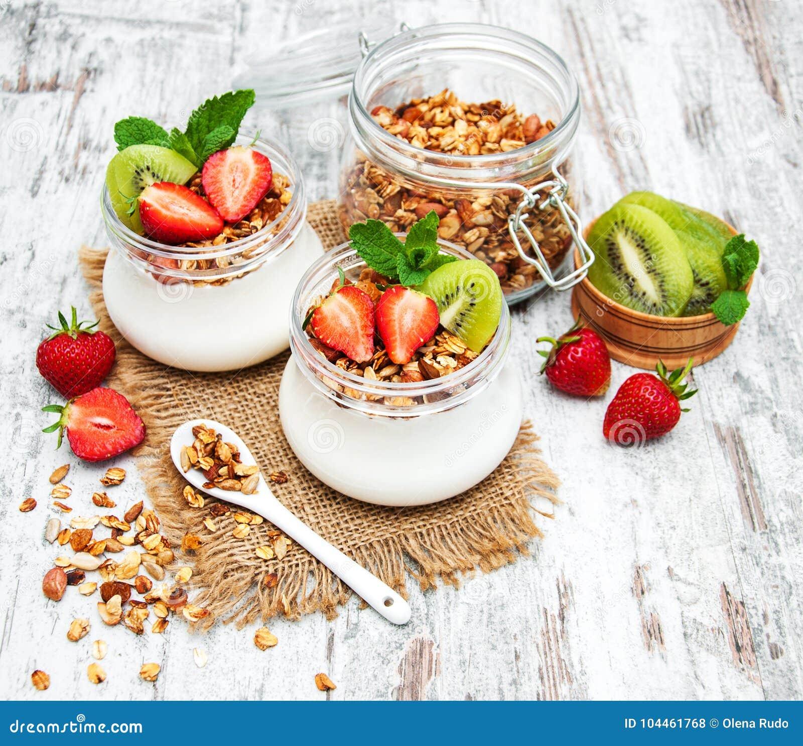 Yoghurt en granola voor ontbijt