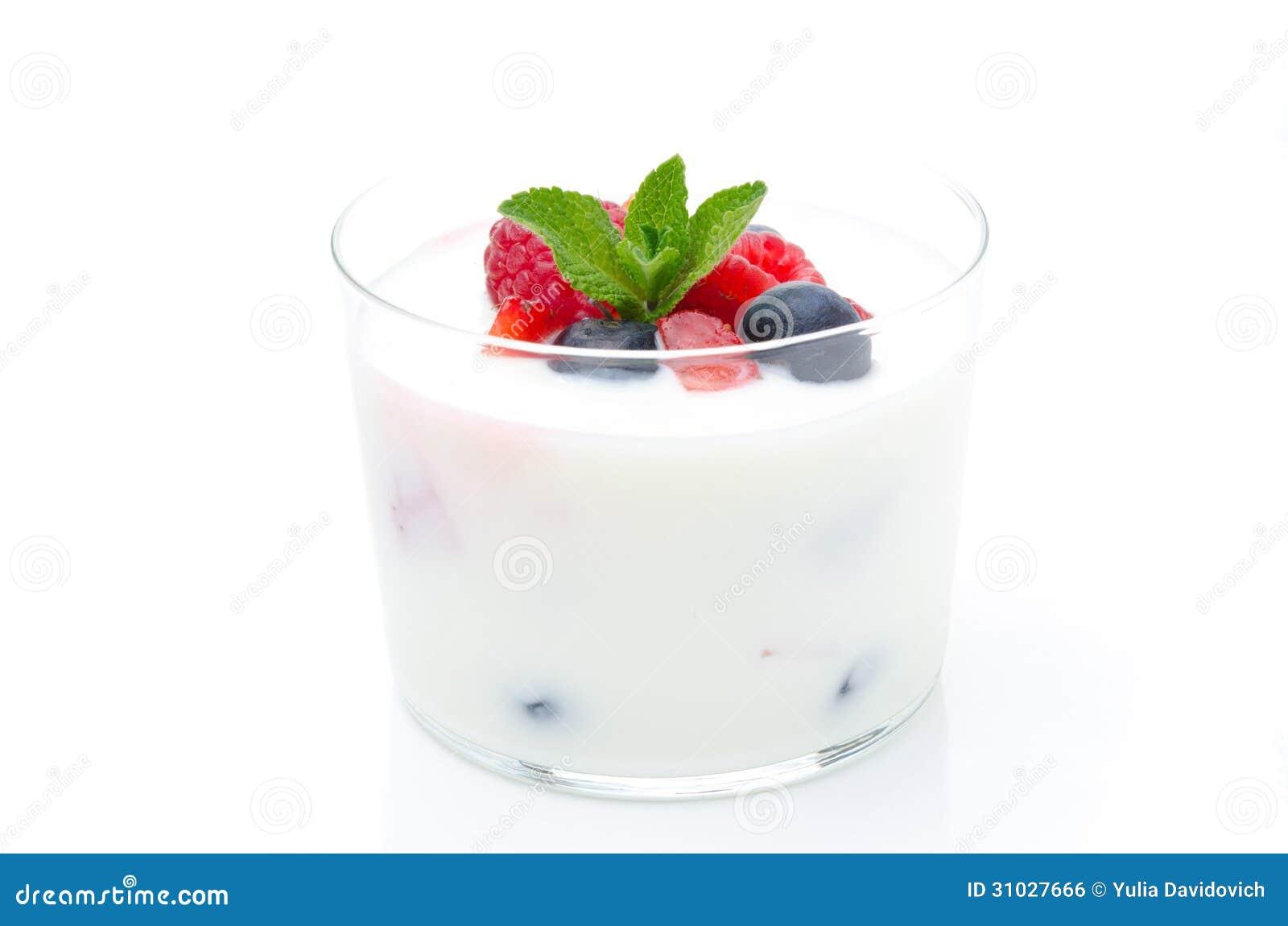 Yoghurt med den olika nya bär och mintkaramellen i en glass dryckeskärl