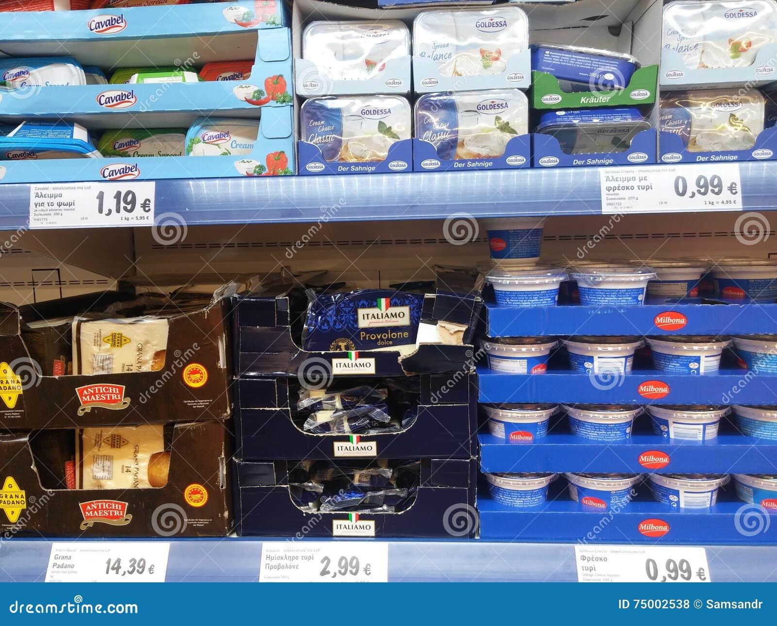 Yoghurts in supermarkt