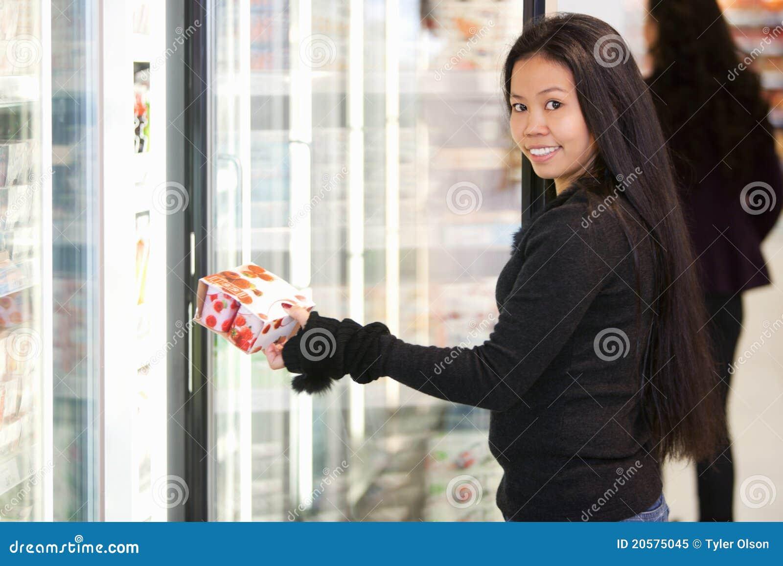 Yogur de compra de la mujer