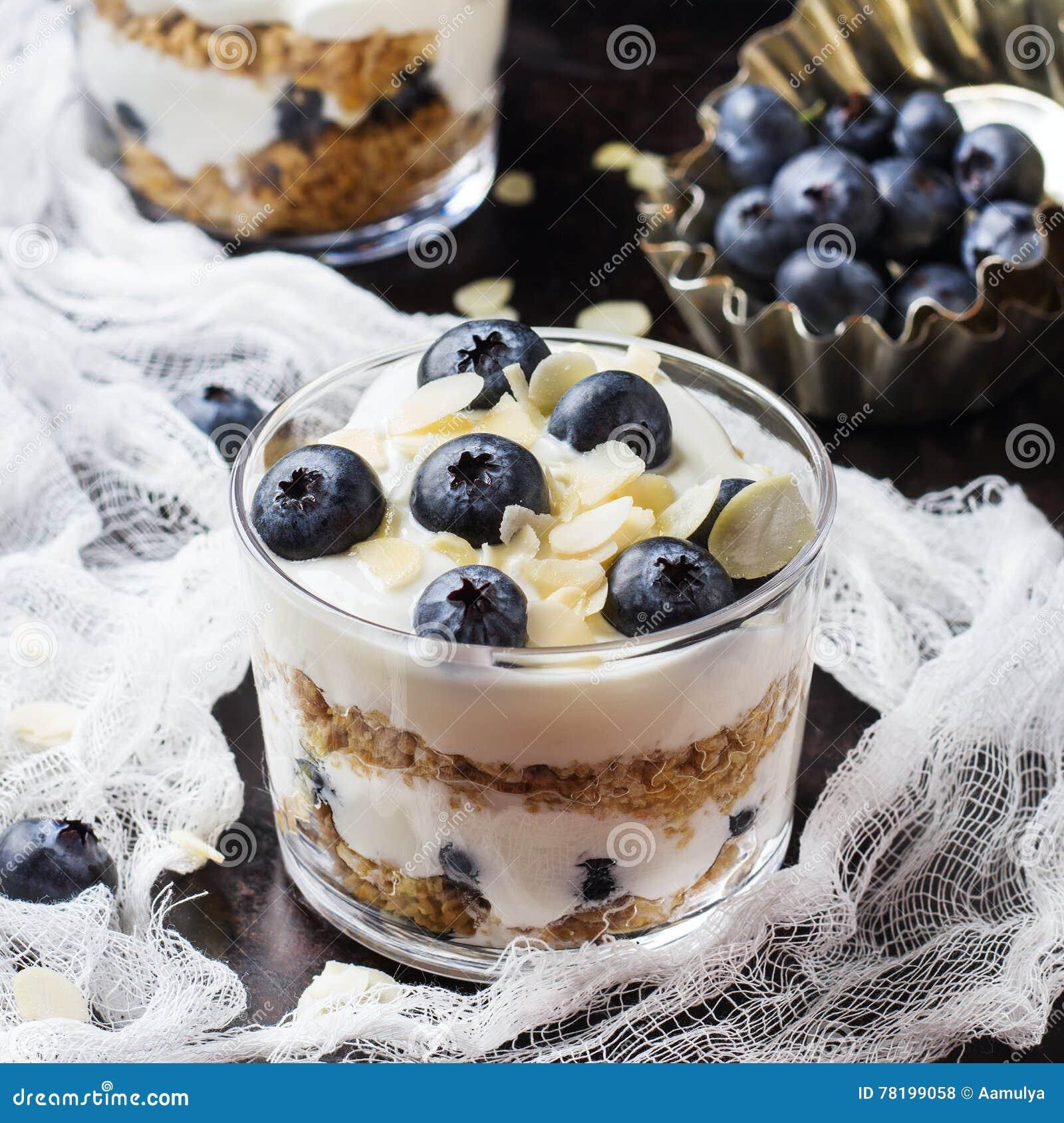 Yogur hecho en casa con muesli y los arándanos del granola