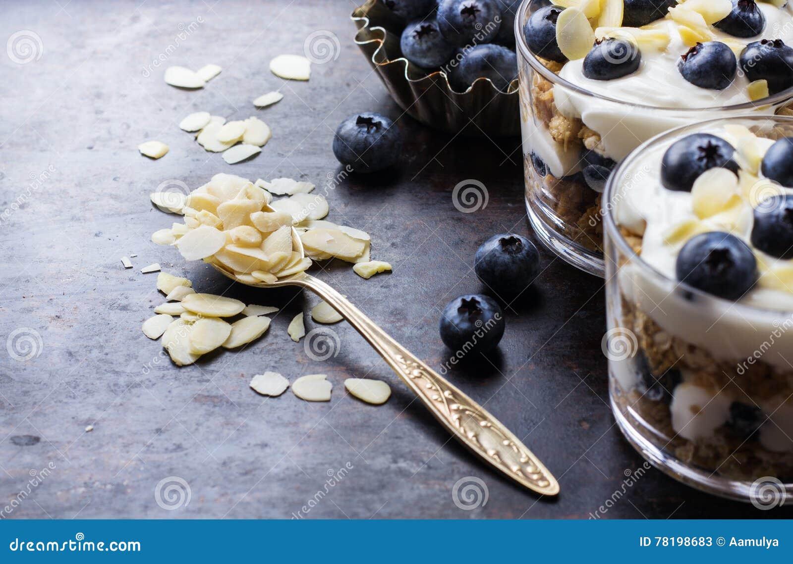 Yogurt casalingo con i muesli ed i mirtilli del granola