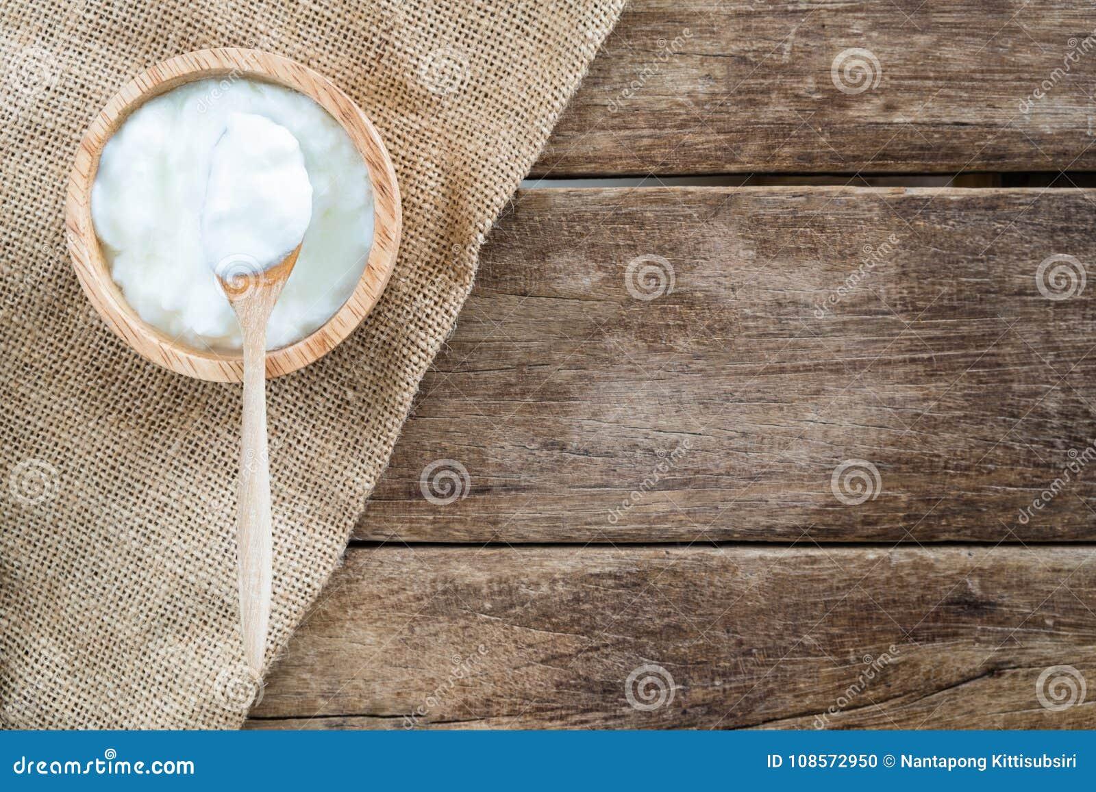 Legno Naturale Bianco : Yogurt casalingo naturale bianco in ciotola di legno con il