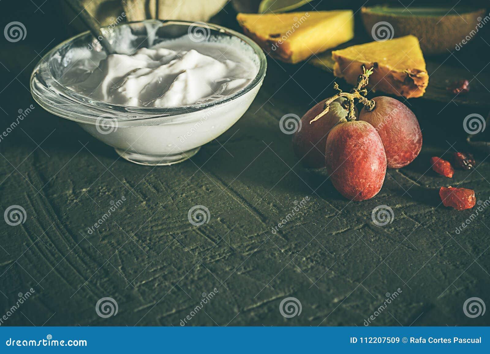 Yogurt con i frutti, con fondo scuro