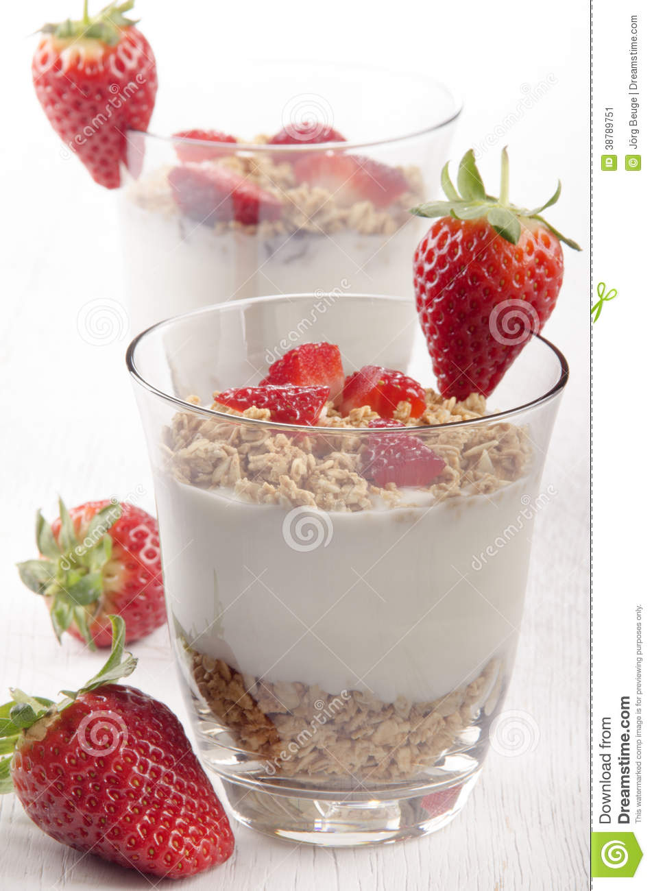 Yogurt with crunchy cereal and strawberry