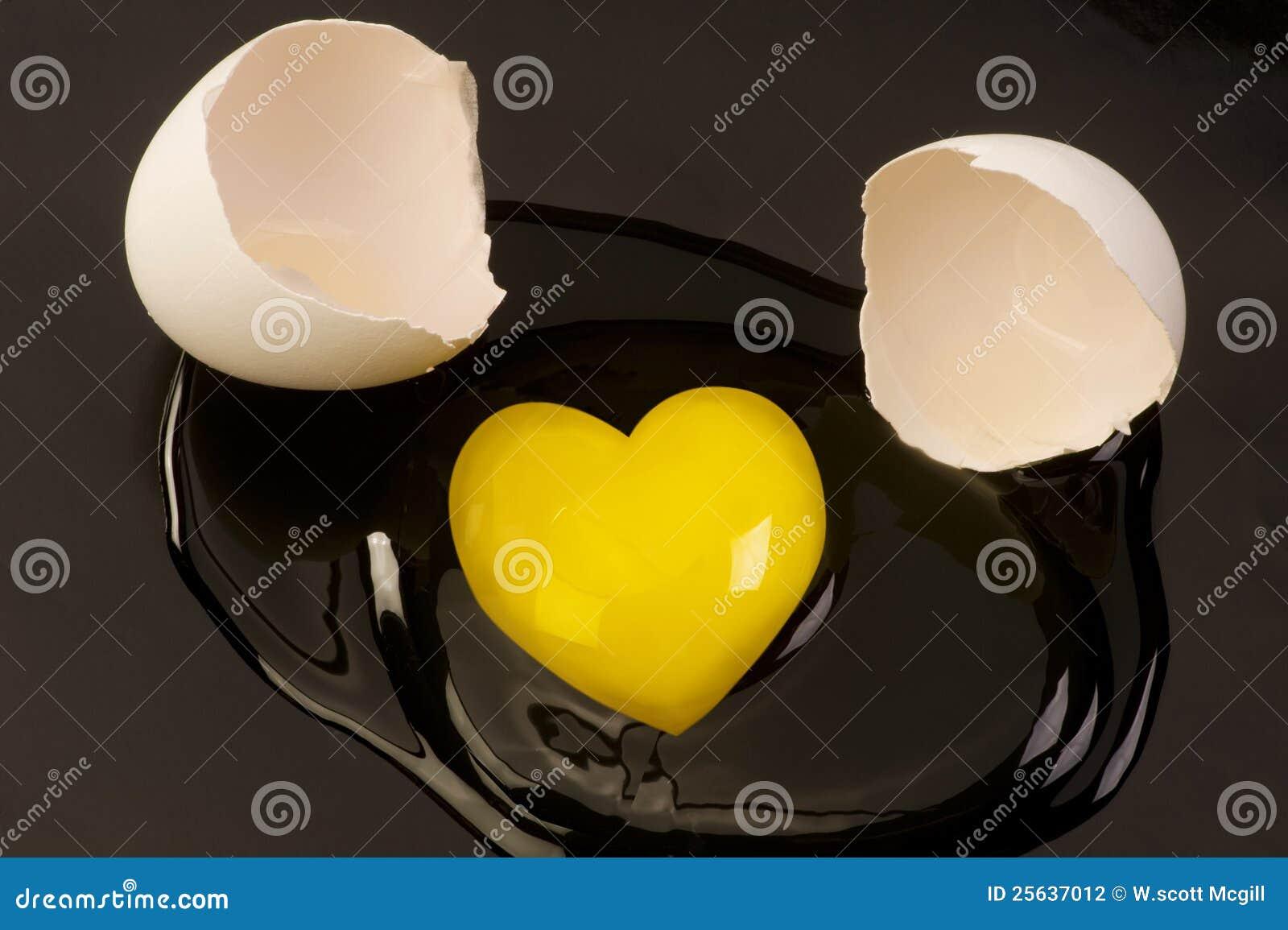 Yolk de ovo cru dado forma coração