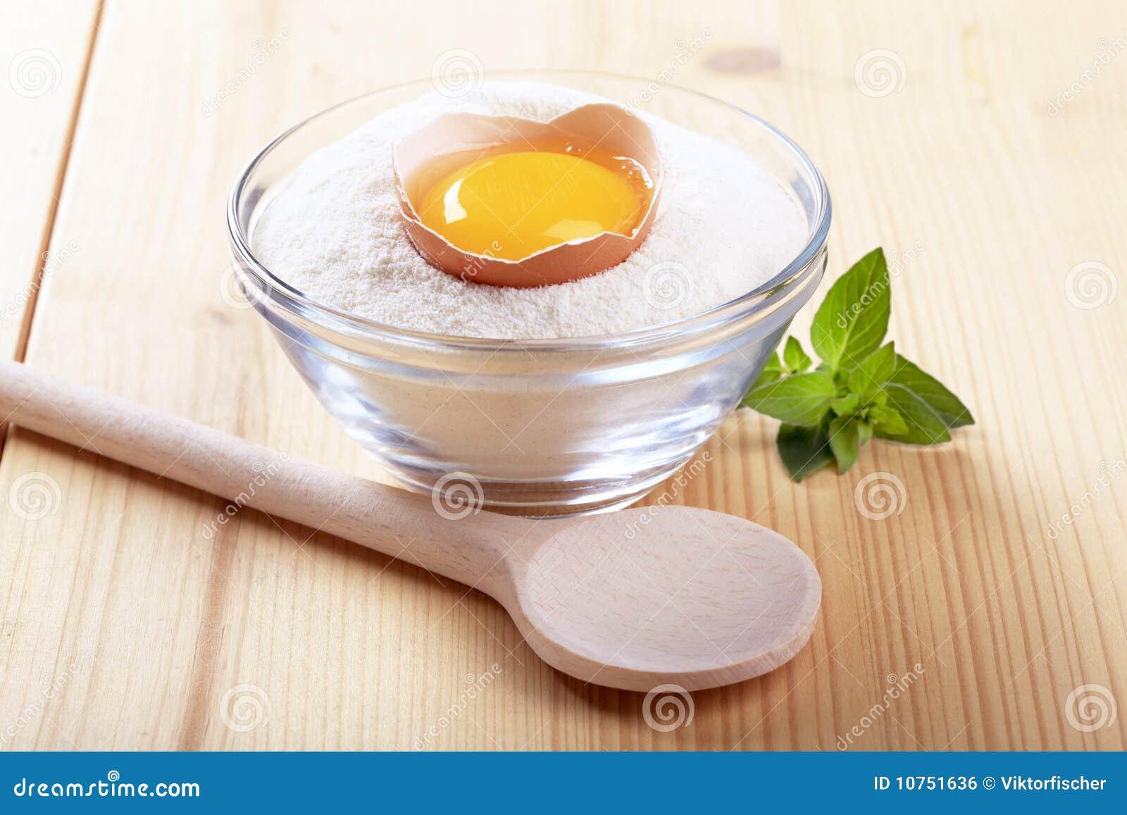 Yolk de ovo em uma bacia de farinha