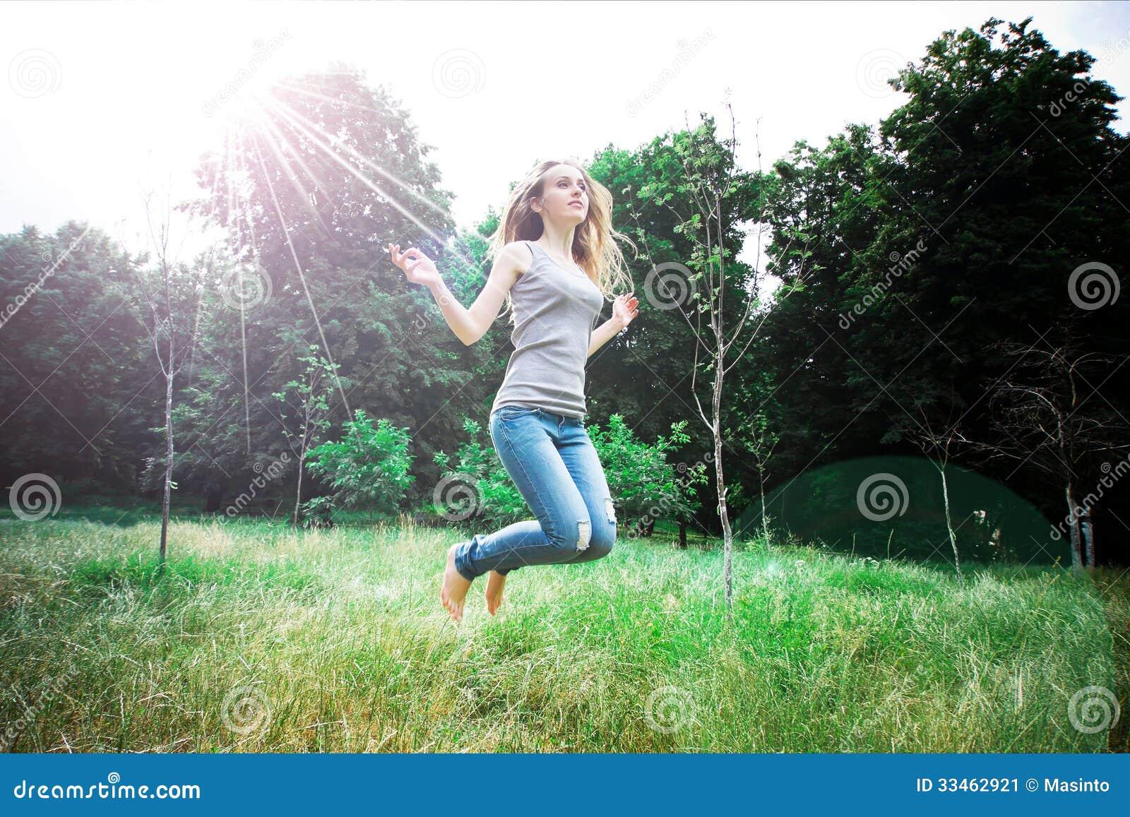 Yong ładna kobieta skacze