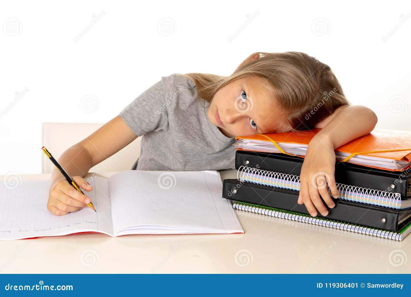 Yong śliczna dziewczyna męcząca i smutna z uczy się problem w edukaci pojęciu