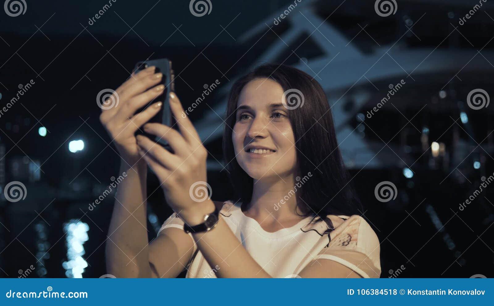 Yong Woman Taking Pictures By Smartphone Donna alla moda del viaggiatore di estate con il telefono all aperto in città europea, b
