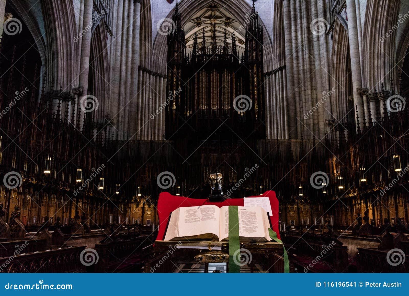 York, Reino Unido - 02/08/2018: Iglesia de monasterio interior de York