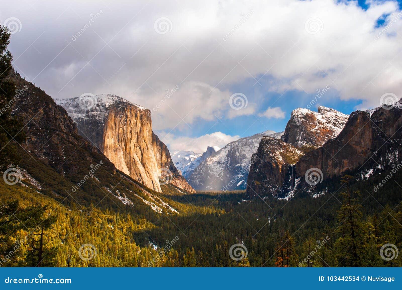 Yosemite dolina od Tunelowego widoku na mgłowym dniu Yosemite naród