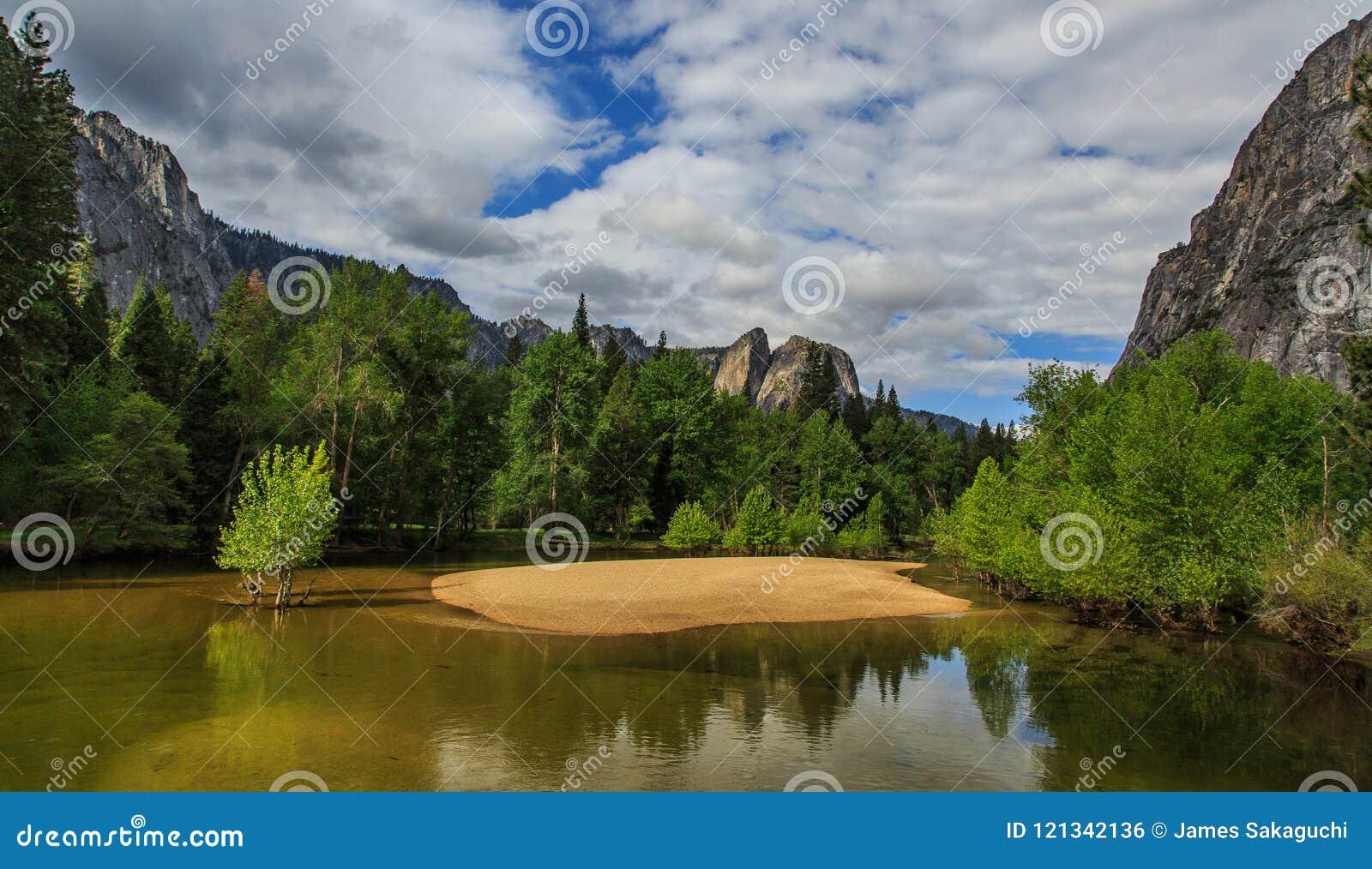 Yosemite en de Merced-Rivierpartner omhoog