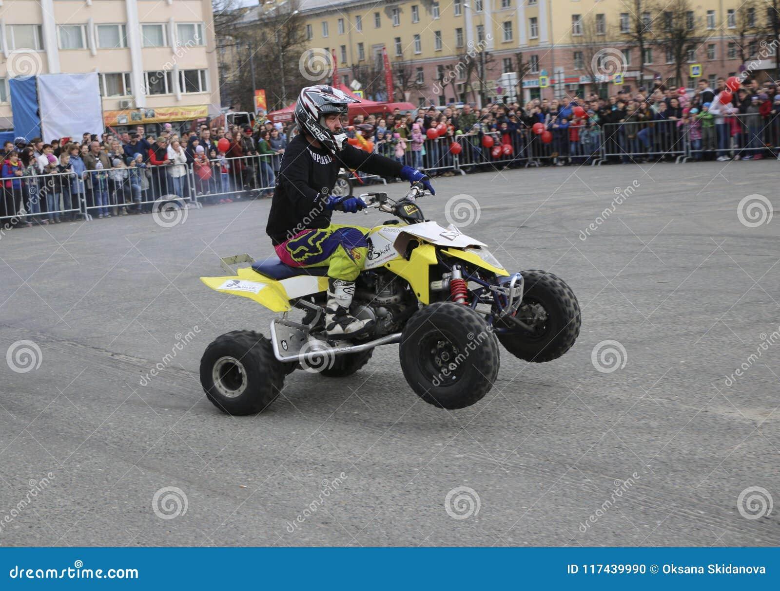 YOSHKAR-OLA, RUSSLAND - 5. MAI 2018: AutoMotoshow im Quadrat Tricks auf ATV StuntRiding Wheelie, Stoppie und Akrobatyka auf Viere