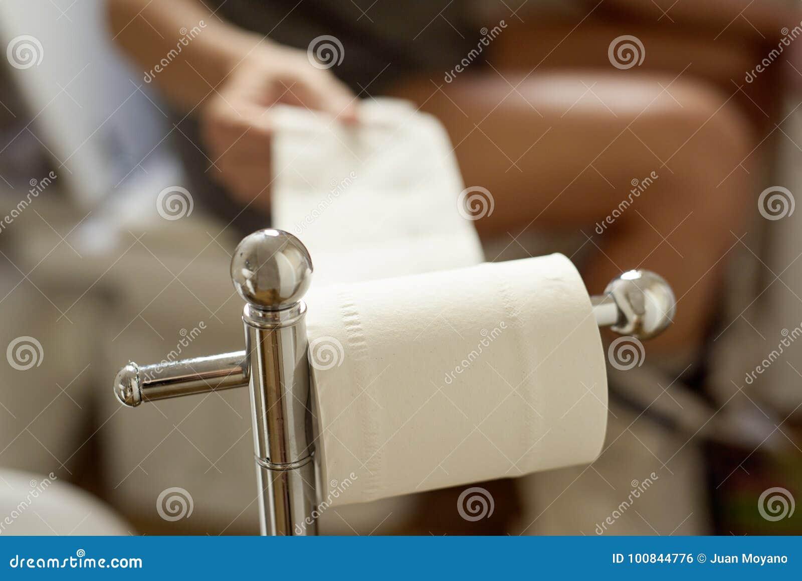 Youn man i toaletten