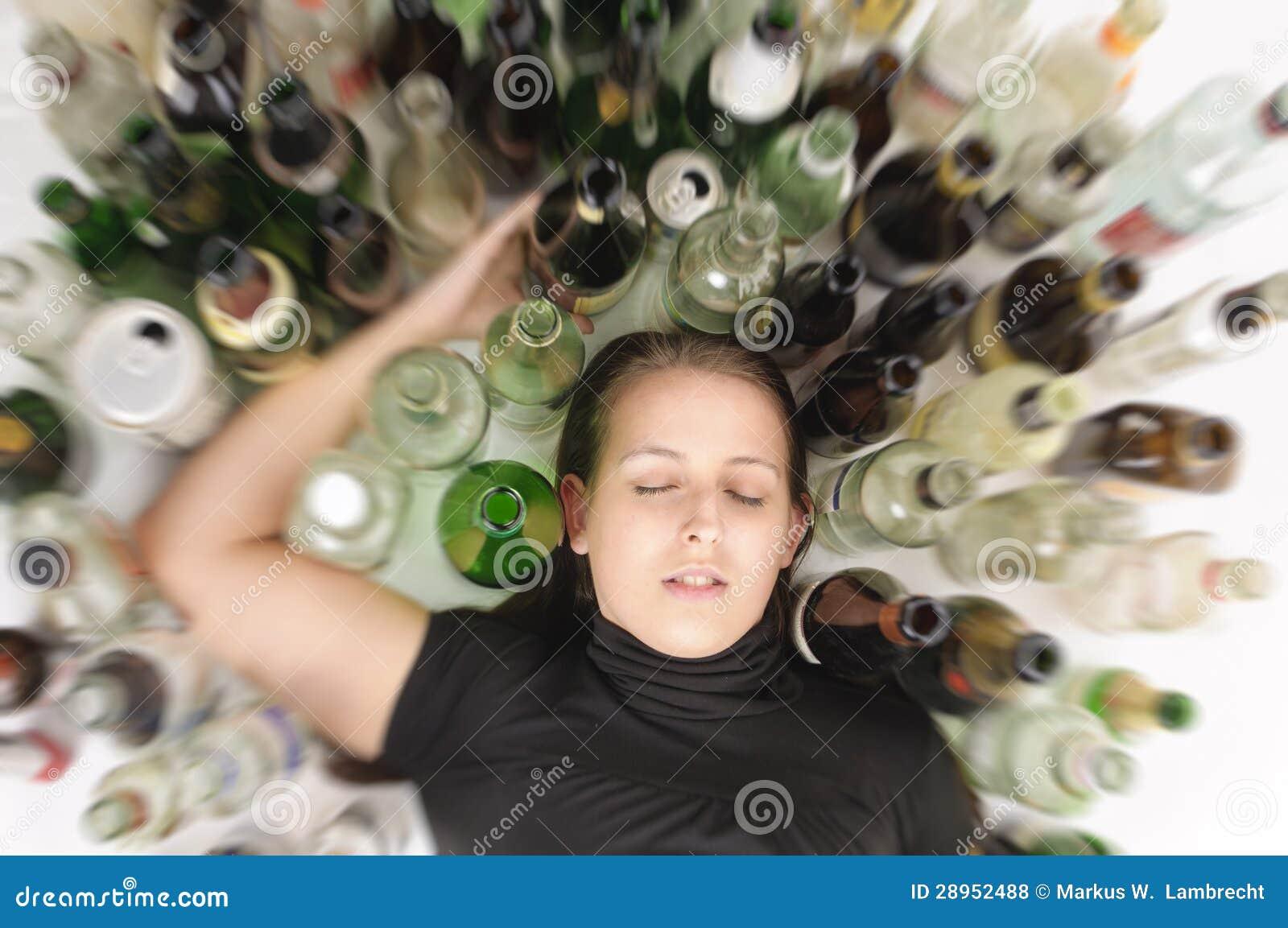 Yound piękna kobieta w depresji, pije alkohol
