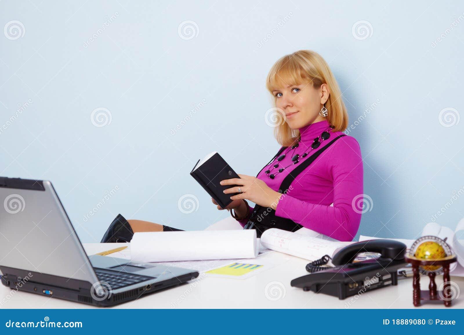 Секретаршу в офисе 1 фотография