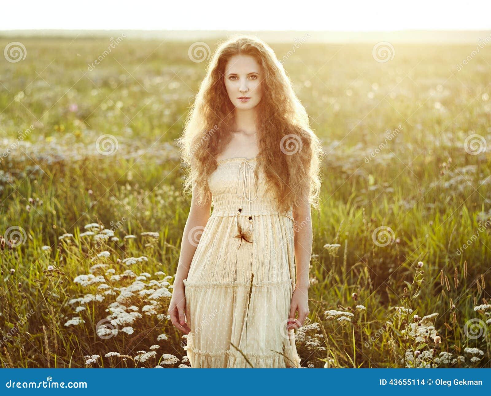 Молодые красивые девушки летом фото