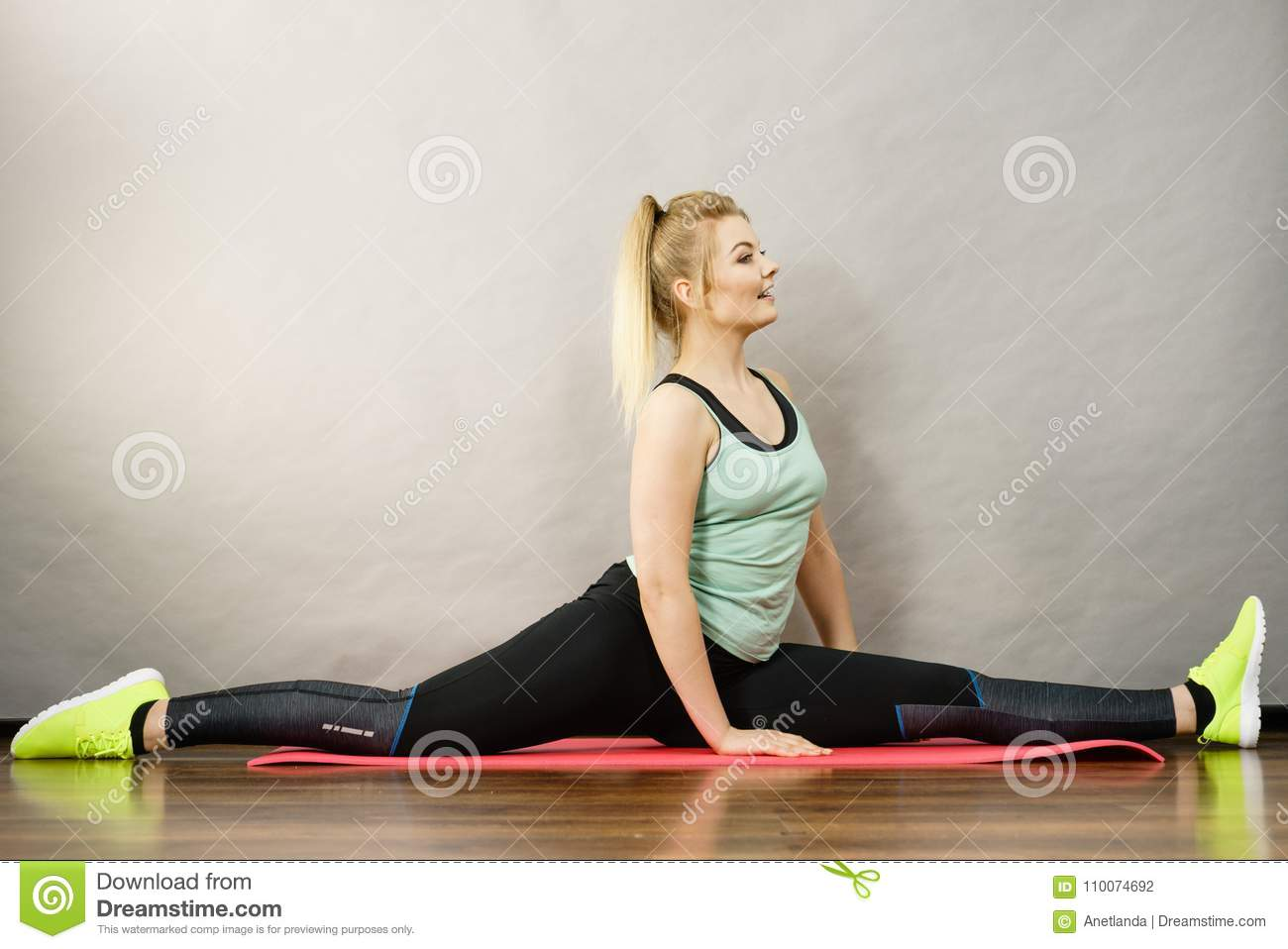 Stretching: how to sit on a twine at home