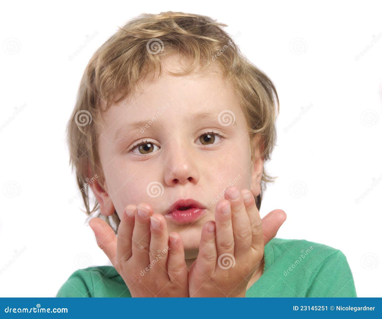 Sehr junger unschuldiger kleiner Honigschlag, Junges Mädchen bücken