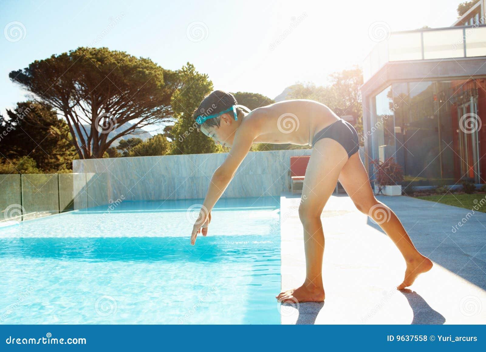 С мальчиком у бассейна 23 фотография