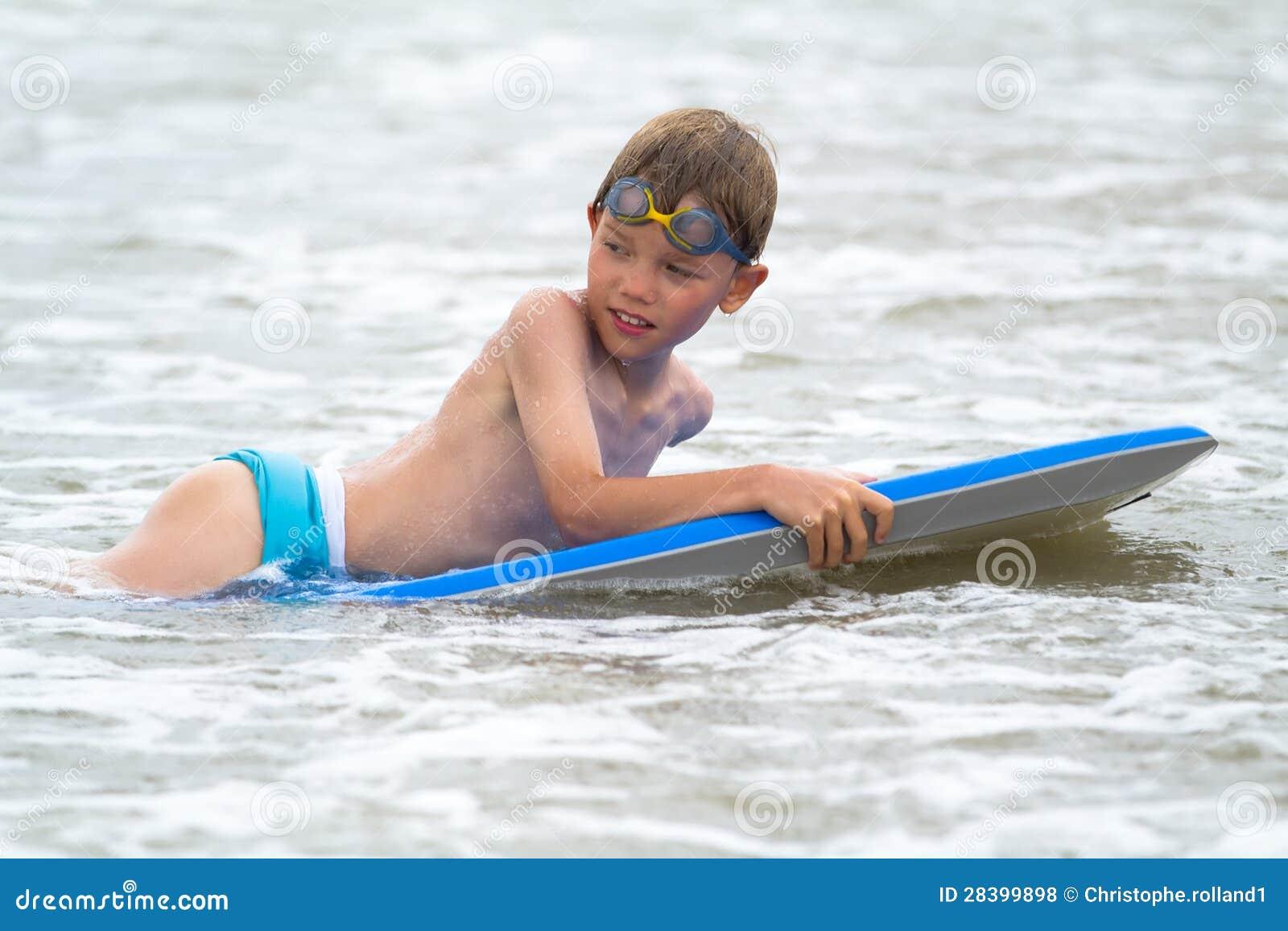 Школьники мальчики на пляже фото