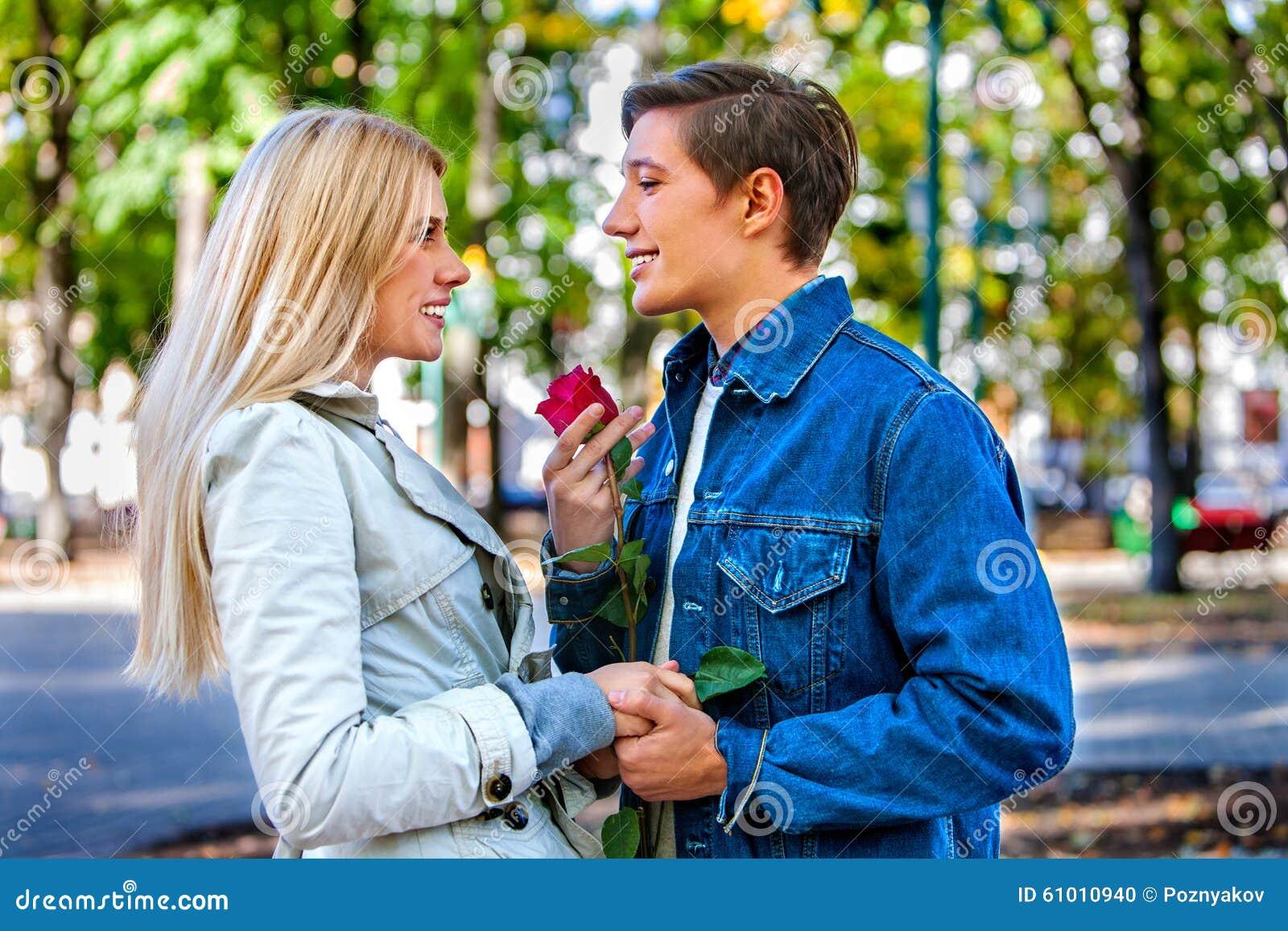 Flirten umarmen