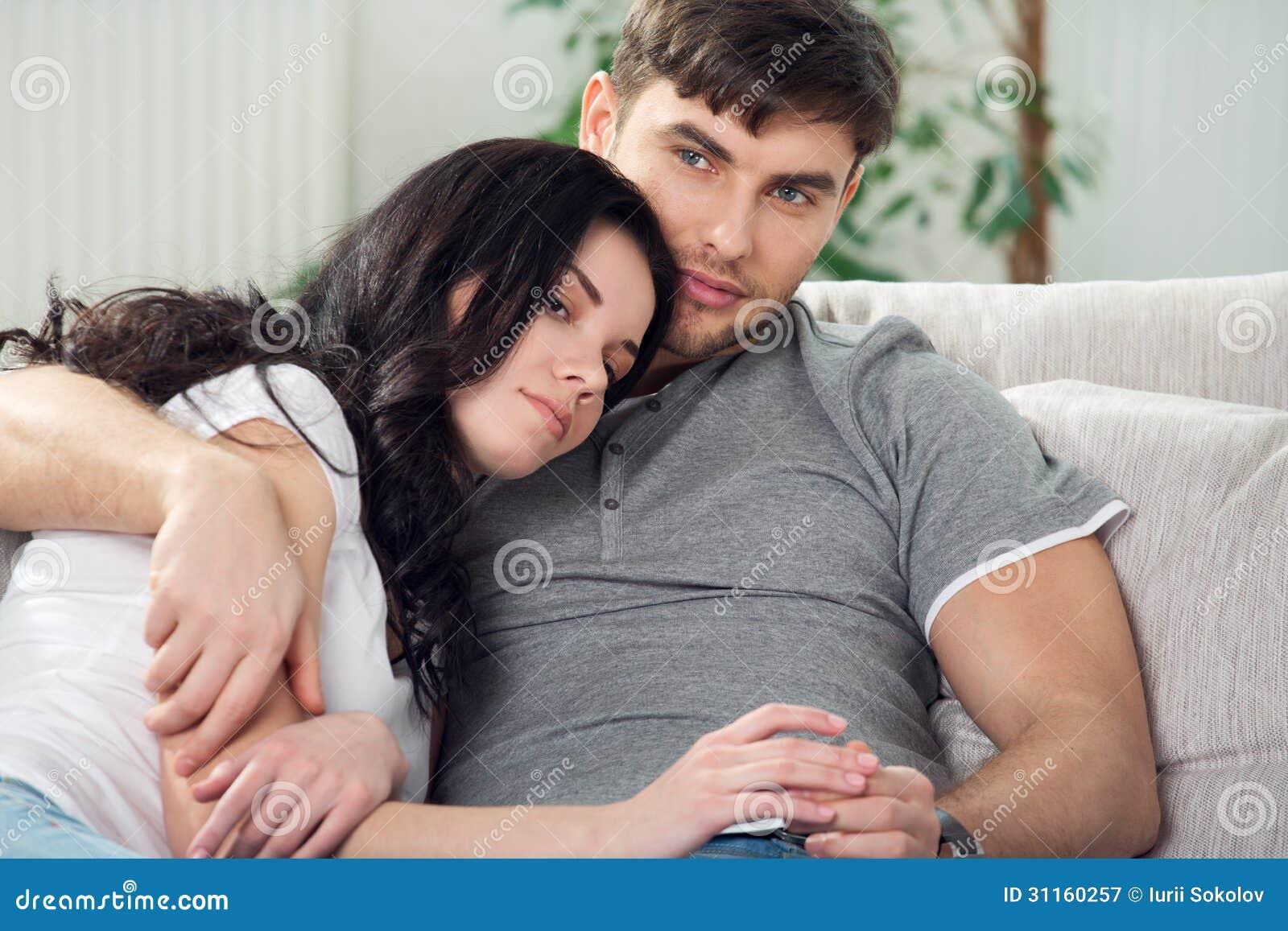 Фото парень с девушкой сидят на диване 9 фотография