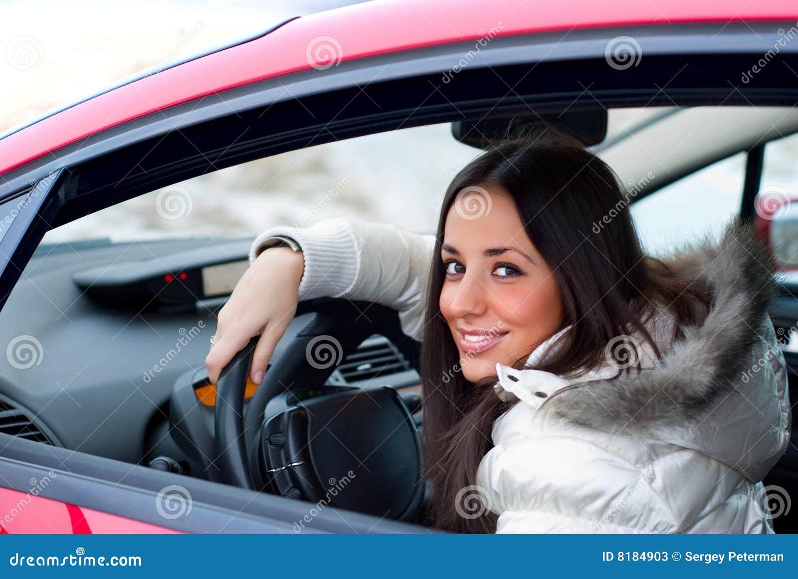 Фото девушек брюнеток за рулём 11 фотография