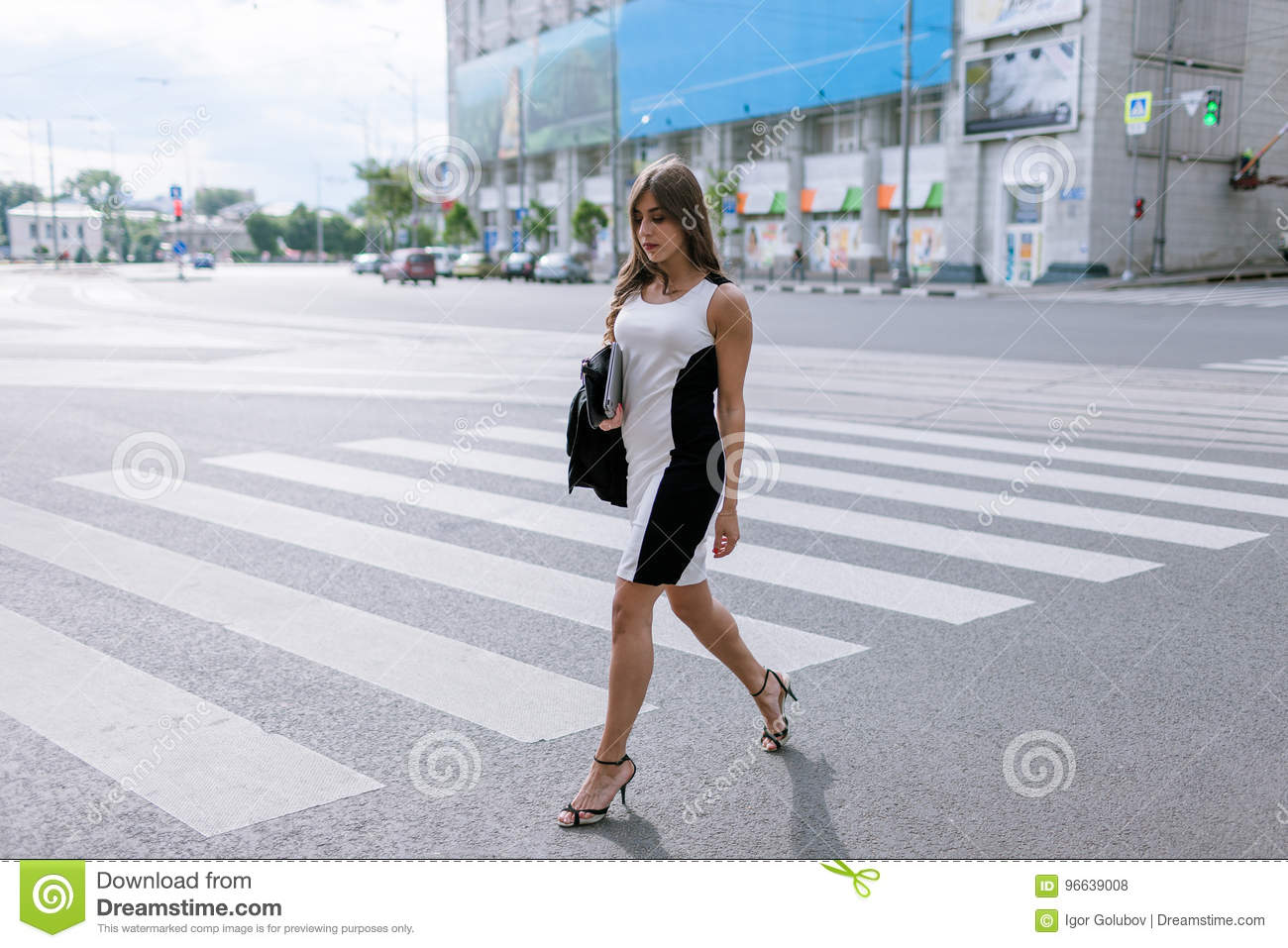 https://thumbs.dreamstime.com/z/young-fashionable-passersby-metropolis-stylish-girl-crossing-road-96639008.jpg