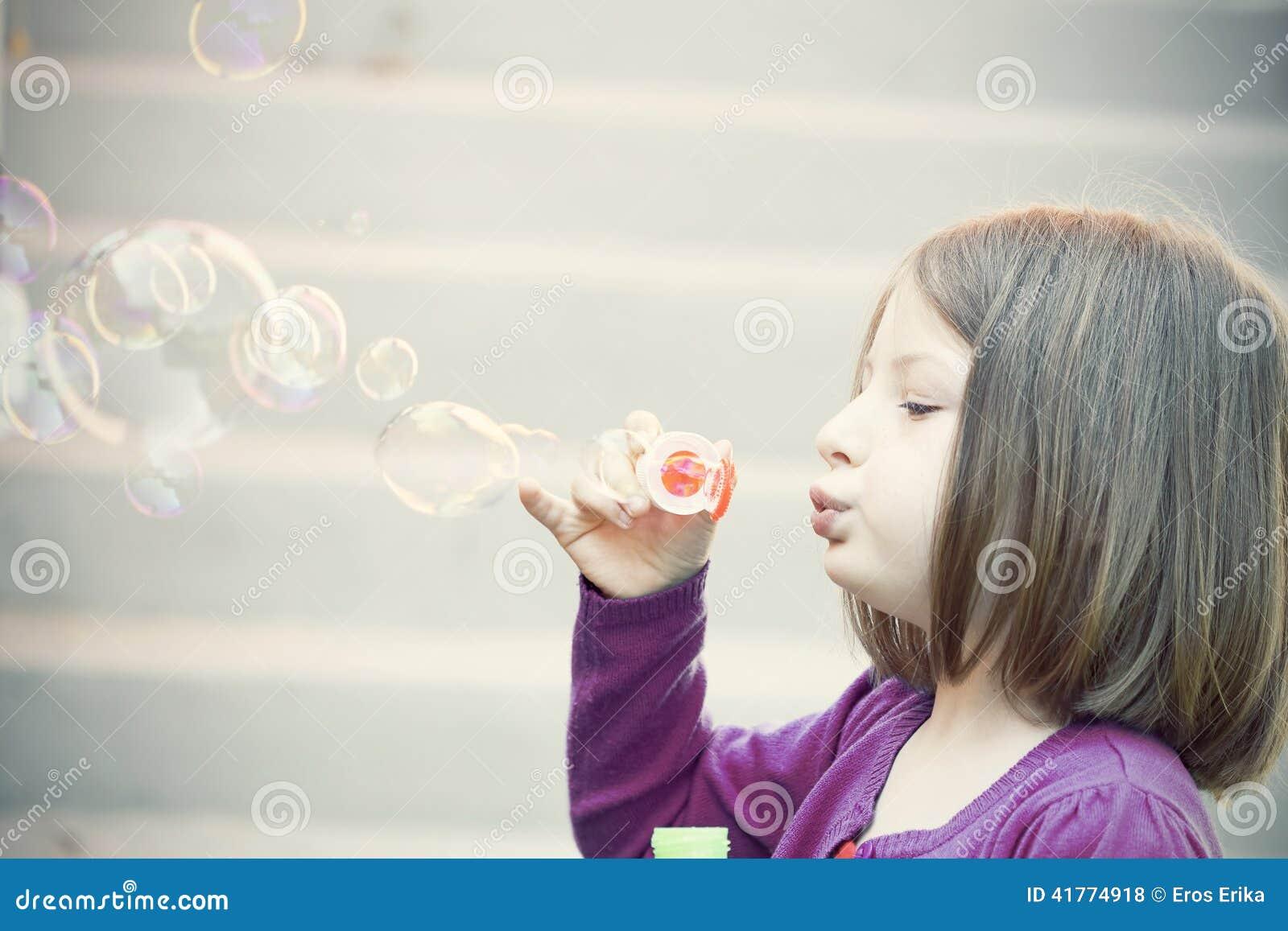 Sehr junger unschuldiger kleiner Honigschlag, Vakuumpumpe Nippel Bilder