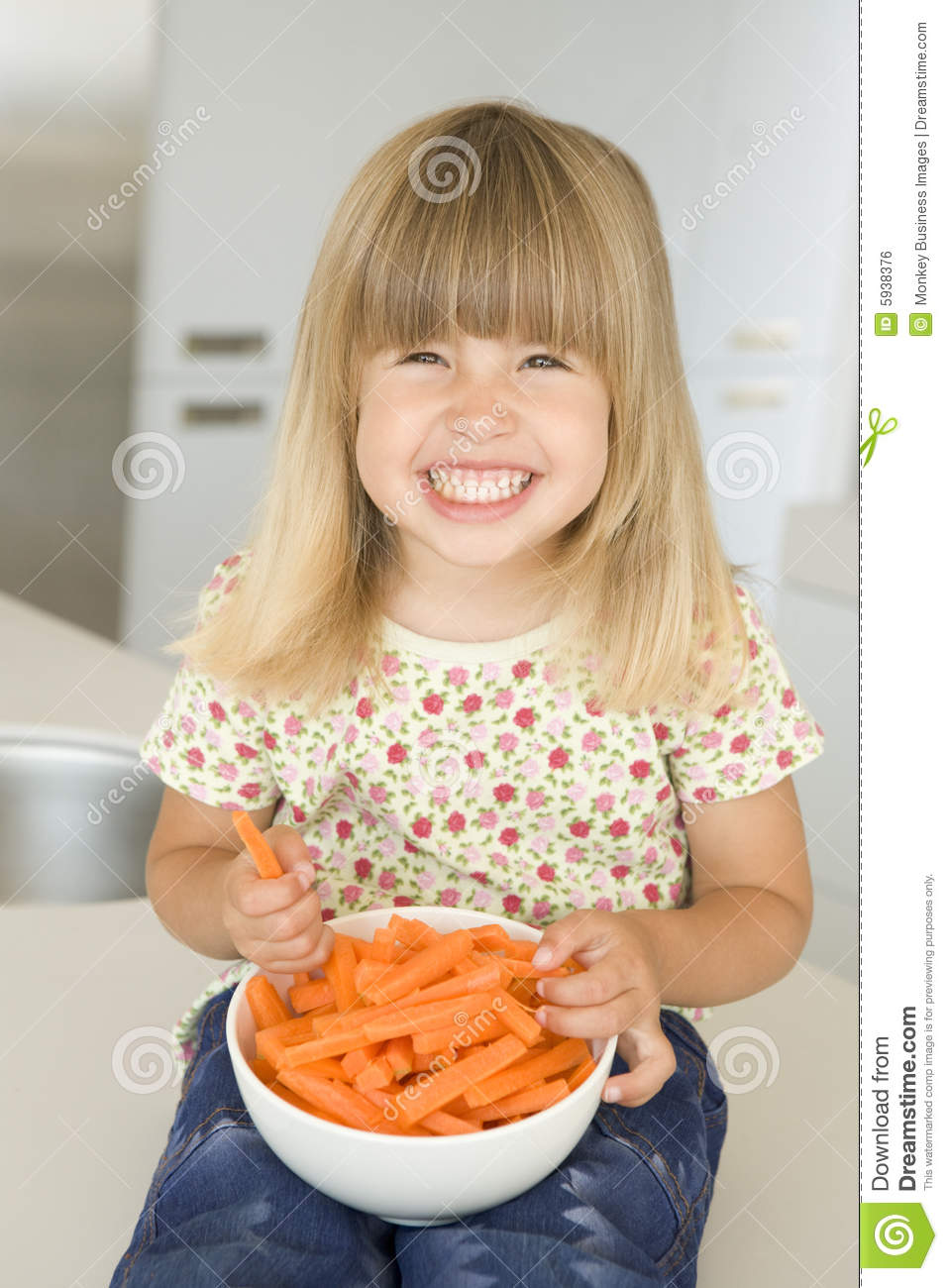 https://thumbs.dreamstime.com/z/young-girl-kitchen-eating-carrot-sticks-smiling-5938376.jpg