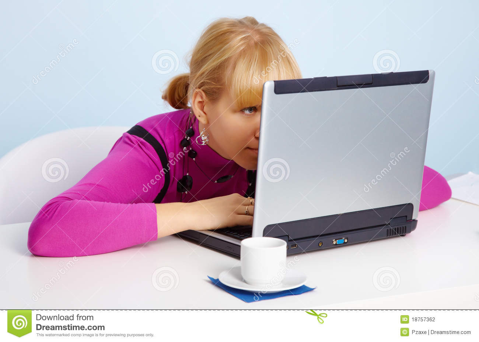 Фото девушки перед монитором