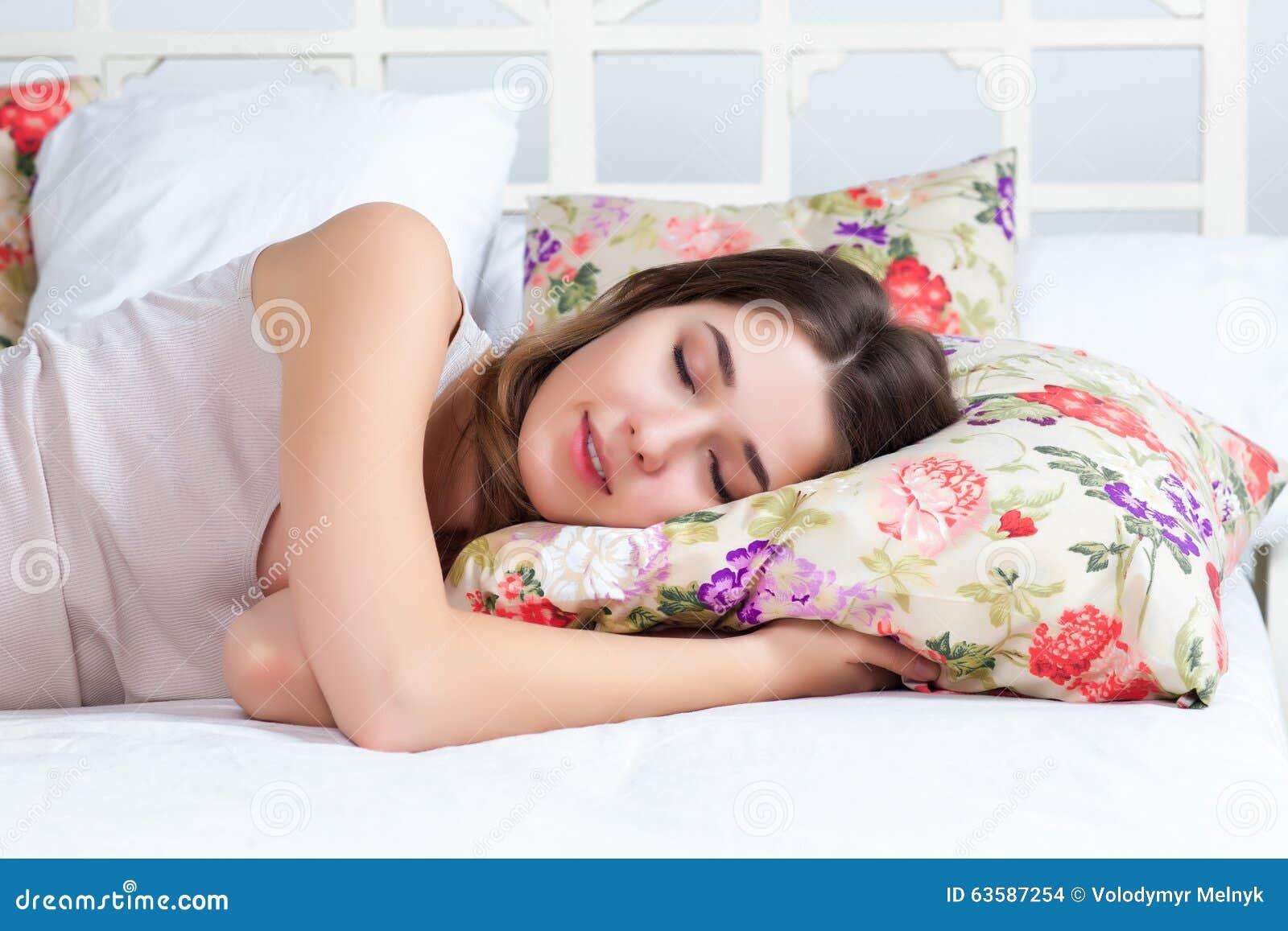 Фото молодая девушка спит