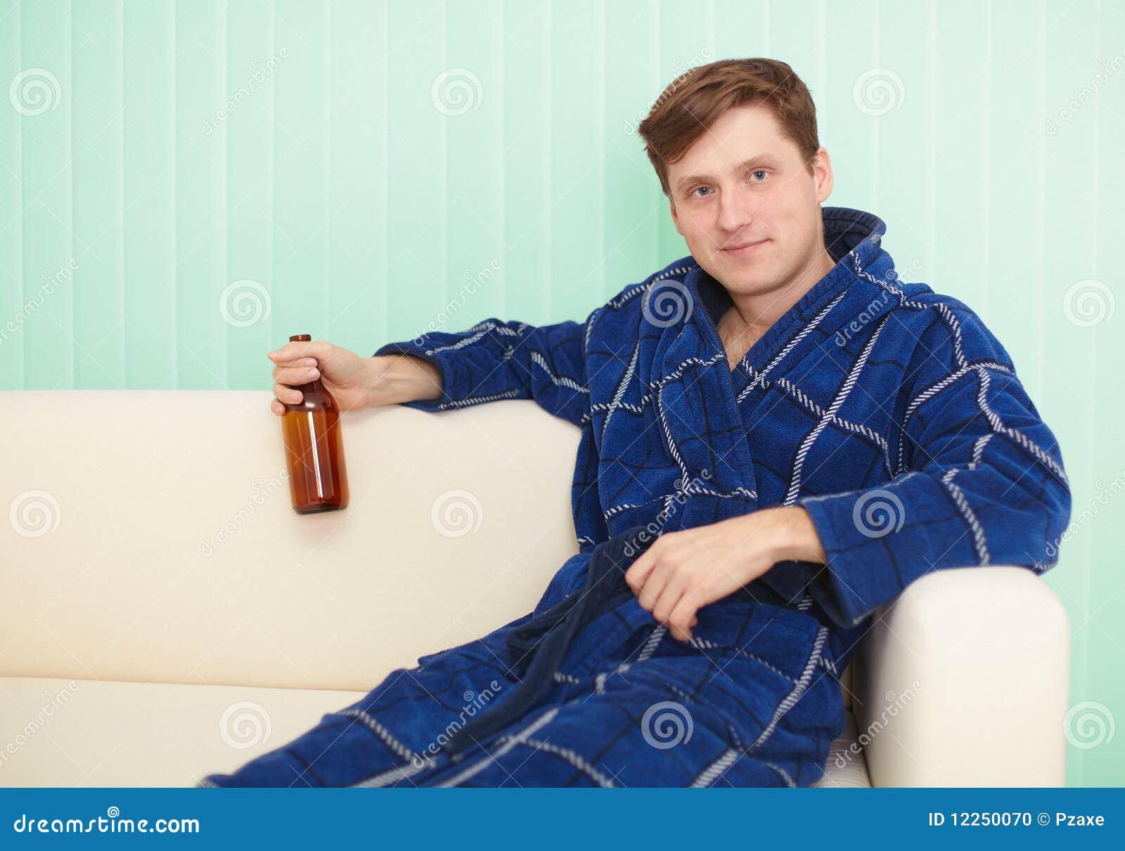 Сидя дома на диване для взрослых 22 фотография
