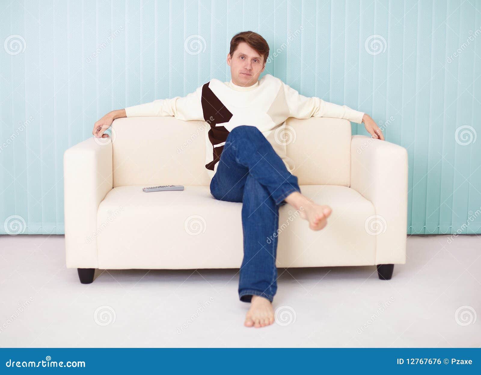 Сидя дома на диване для взрослых 6 фотография