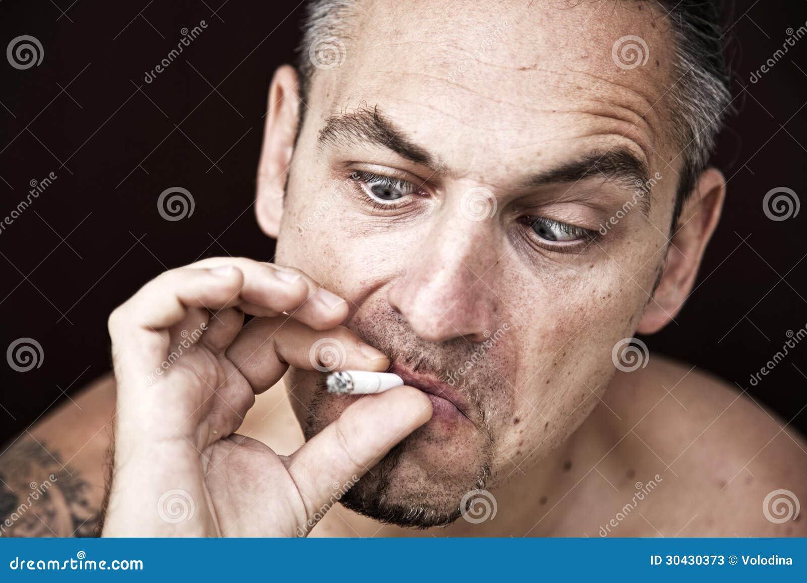Elle veut Men smoking cigarettes the blonde