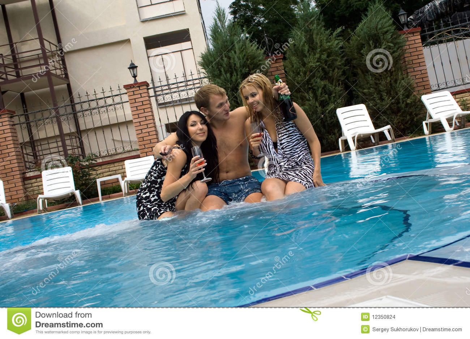 Фото девок в бассейне 4 фотография
