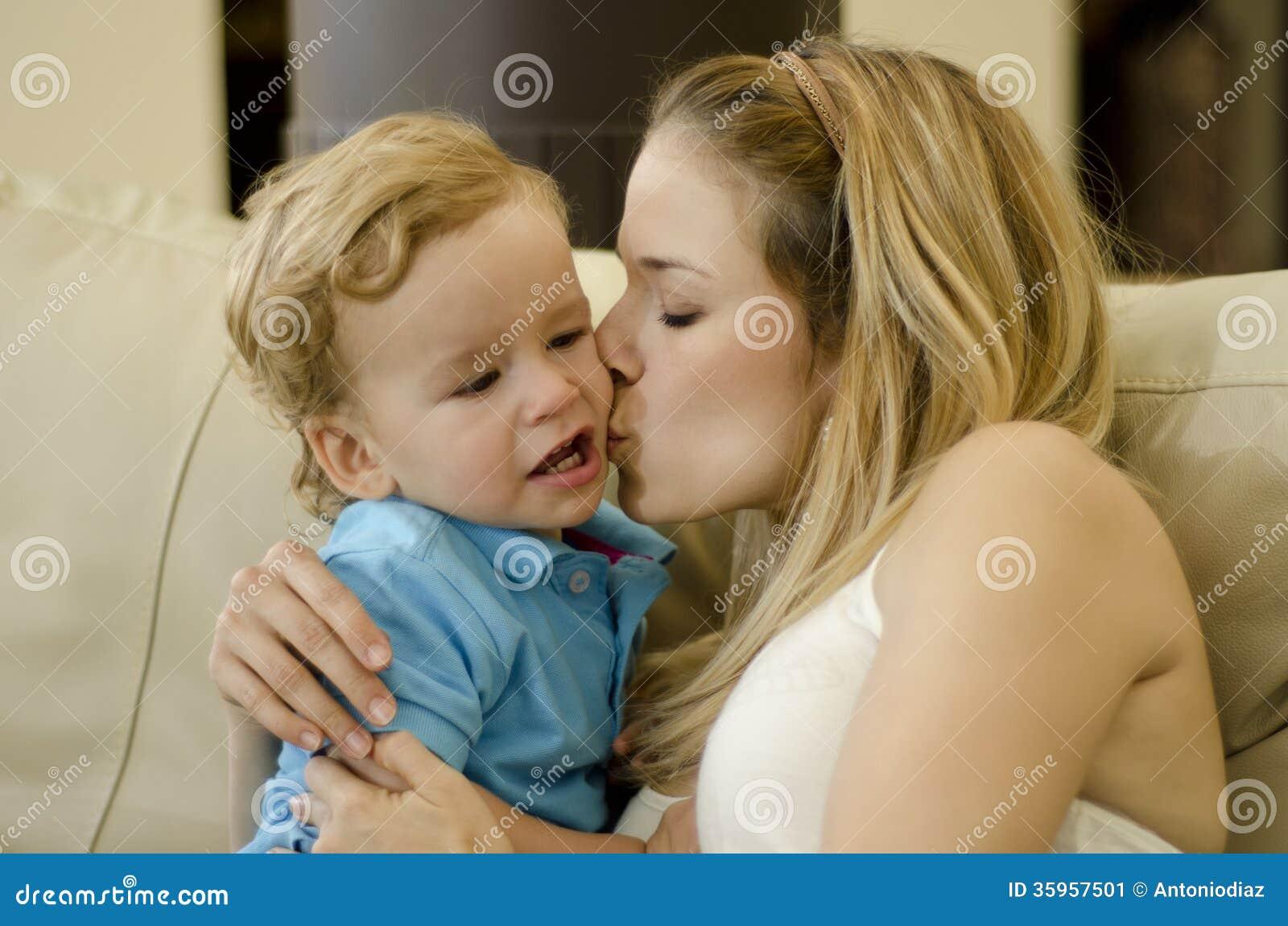 Сын чмокнул свою мать, Сын ебёт маму -видео. Смотреть сын ебёт маму 27 фотография