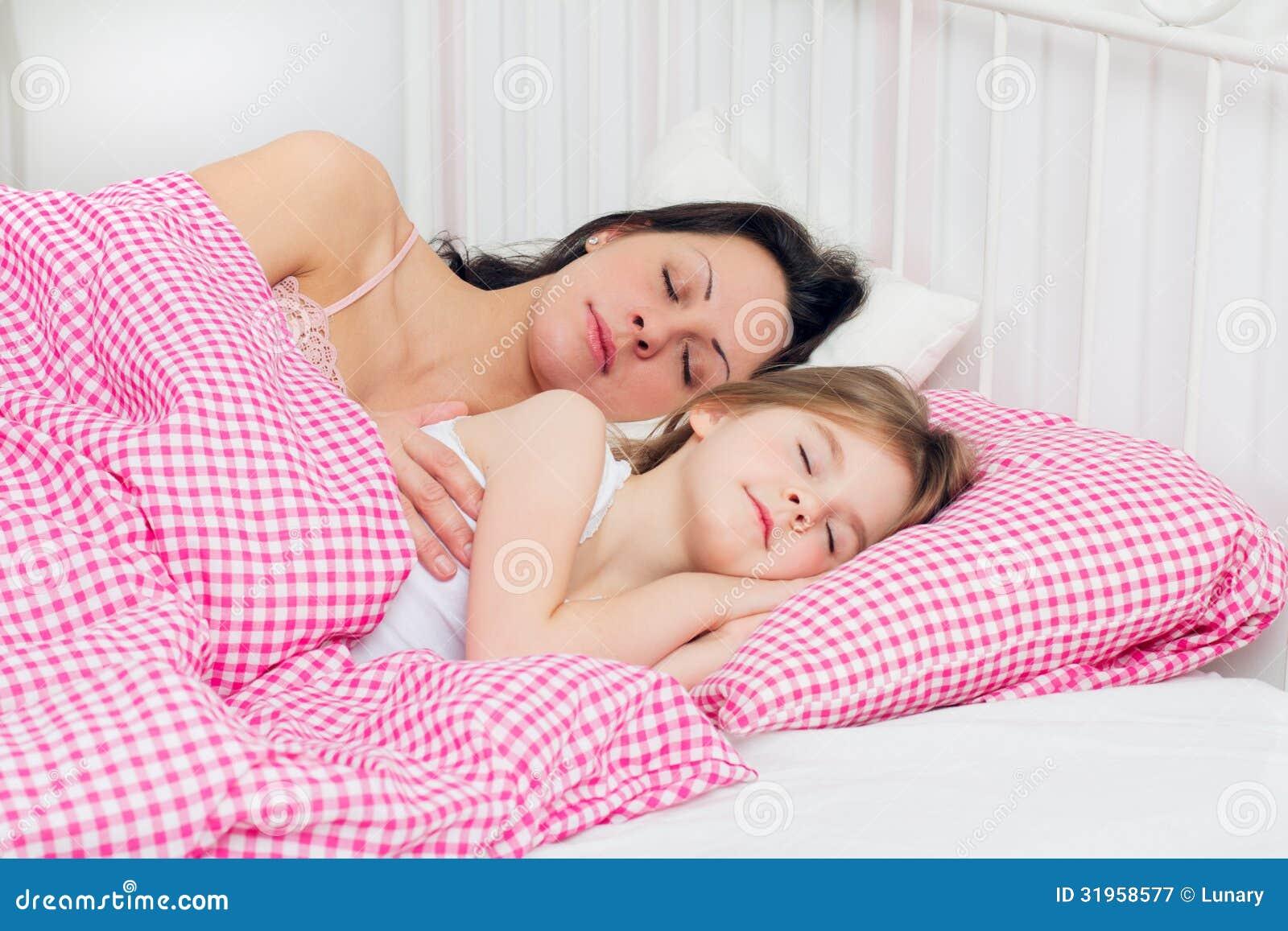 Родители и спящая дочь 1 фотография