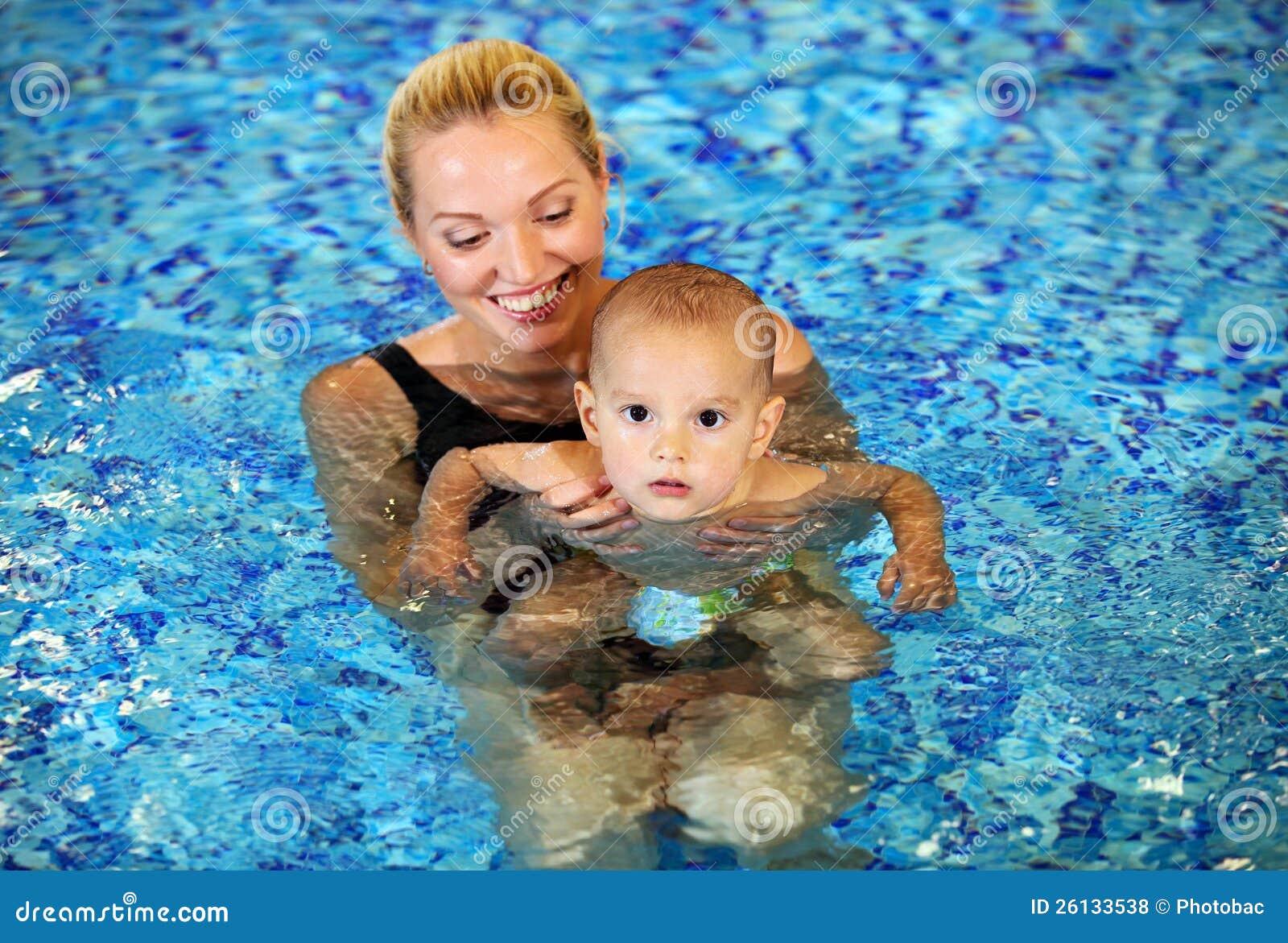 Сын купается с мамой 1 фотография