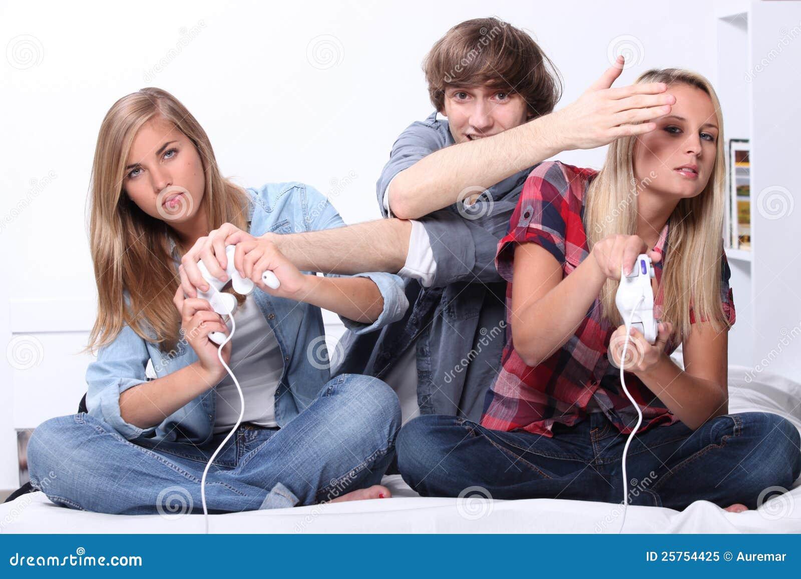 Фото девушек с молодым человеком 7 фотография