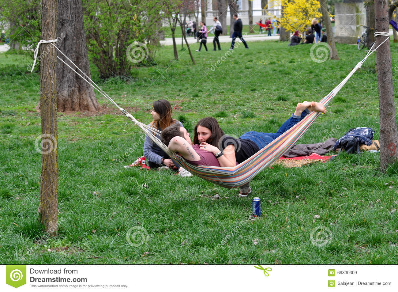 https://thumbs.dreamstime.com/z/young-people-relaxing-hammocks-park-cluj-napoca-romania-april-central-big-hammock-day-69330309.jpg