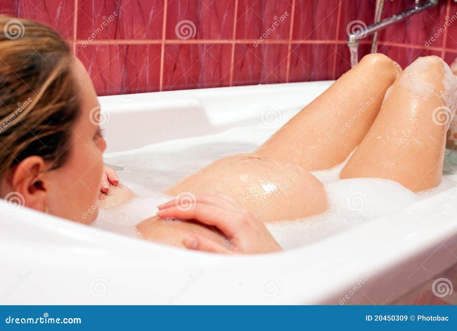С беременной девушкой в ванне 3 фотография