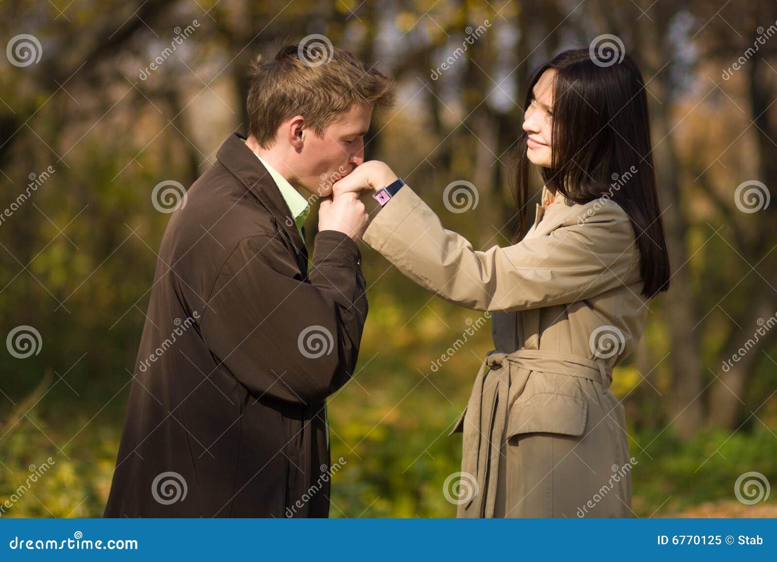 Девушка целует мужчине руки фото